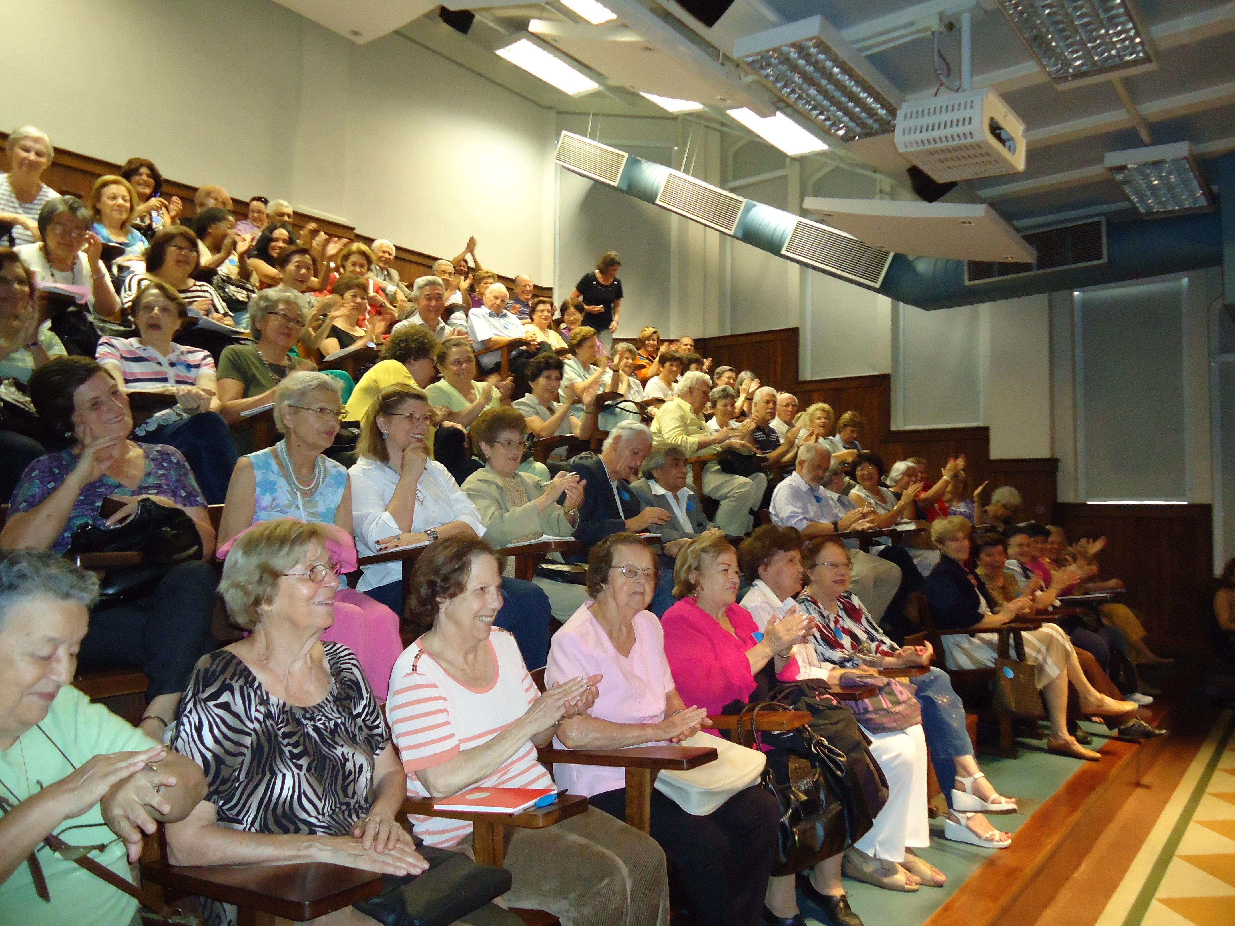 Idosos acompanham palestra na Faculdade de Medicina da USP.