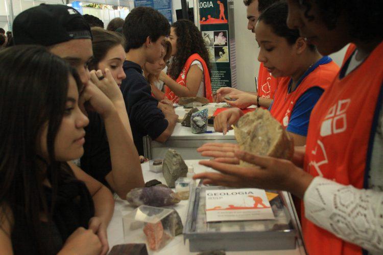 Estudantes visitam a feira USP e as Profissões